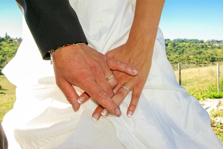 mains enlacées de mariés avec alliances-photographe mariage Dordogne 24